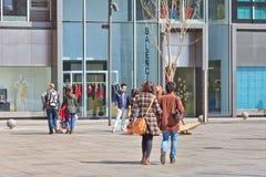 Shoppare på det norr kommersiella området för by Royaltyfria Bilder
