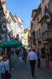 Shoppare på en gata i Schweiz Arkivbilder