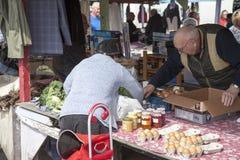 Shoppare på försäljningar för marknad och för carboot Prestatyn för öppen luft royaltyfria foton