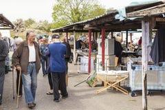 Shoppare på försäljningar för marknad och för carboot Prestatyn för öppen luft arkivfoto