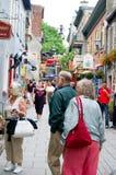 Shoppare på Rue de Petit Champlain, Quebec City Arkivfoton