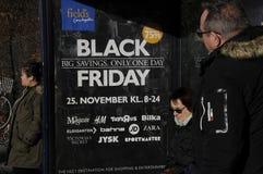SHOPPARE SOM ÄR KLARA FÖR AMERIKANEN BLACK FRIDAY I DANMARK Royaltyfria Bilder