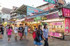 Shoppare som går förbi diversehandel på den Danshui flodstranden som shoppar område Royaltyfri Foto