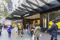 Shoppare som går utanför Myer i Melbourne fotografering för bildbyråer