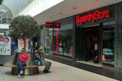 Shoppare som shoppar i Chelmsford England Arkivbilder