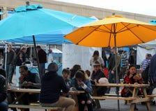 Shoppare tycker om matOfferings på Smorgasburg, Los Angeles fotografering för bildbyråer