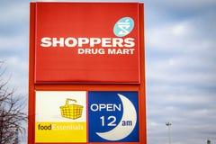 Shopparedrog Mart Sign Arkivfoton
