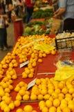 Shoppareköpapelsiner Arkivbild