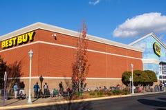 Shoppareline Up på Best Buy som väntar på Black Friday shopping Royaltyfri Foto