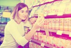 Shopparen för den vuxna kvinnlign som söker för, behandla som ett barn mat Royaltyfria Foton