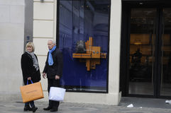SHOPPERS PASSKING LOUIS VUITTON STORE Stock Photos