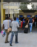 Shoppers walk to an Apple store in London Royalty Free Stock Photos