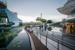 Взгляд моста винтовой линии от Shoppes на песках залива Марины, Сингапур стоковые фотографии rf