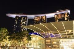 Shoppes in Marina Bay Sands bij nacht in Singapore Stock Afbeeldingen