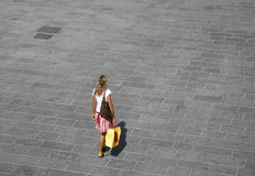 Shopping. Young girl crossing square after shopping - Italy Stock Images