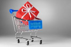 Shopping cart with gift Royalty Free Stock Photos