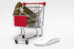 Shopping cart and gift Royalty Free Stock Images