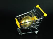 Shopping Cart with golden egg Royalty Free Stock Photos