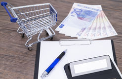 Shopping cart with notepad Royalty Free Stock Photography