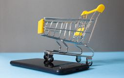Free Shopping Cart On Smartphone - E-commerce Royalty Free Stock Images - 138237109