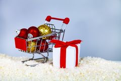 Free Shopping Cart With Christmas Balls Royalty Free Stock Images - 129104709