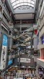 Shopping com escadas rolantes moventes fotografia de stock royalty free
