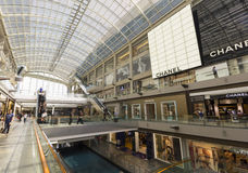 Shopping do armazém e construção moderna em Singapor Imagem de Stock