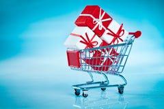 shopping för ahdvagnsgåva Royaltyfria Bilder