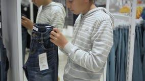 Shopping för barn` s Lager för barn stock video