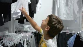 Shopping för barn` s Lager för barn arkivfilmer