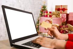 Shopping för den unga kvinnan för jul framlägger direktanslutet royaltyfri bild