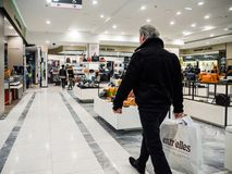 Shopping för hög man i lyxigt franskalager Royaltyfri Bild