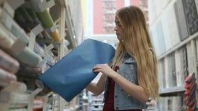 Shopping för kvinnautgifterdag i maskinvarulager stock video
