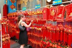 Shopping för nytt år för Singapore kineskvarter kinesisk mån- Arkivbild