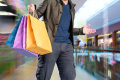shopping för påseman Arkivfoto