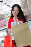 Shopping för ung kvinna i galleria Arkivbilder