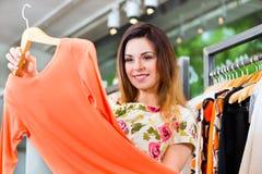 Shopping för ung kvinna i modevaruhus Arkivbilder