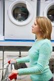 Shopping för vagn för shopping för kvinnahemmafruwhit för tvagningmaskin Royaltyfri Fotografi
