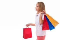 Shopping, försäljning, jul och ferie-nätt tonårs- flicka med shoppingpåsar som isoleras royaltyfria foton