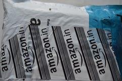 shopping lagrar logo med packen Arkivfoton