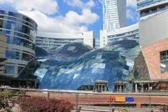 Shopping no Polônia de Varsóvia com um telhado de vidro como uma bolha de sabão imagens de stock