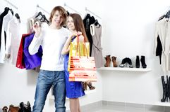Shopping  smile couple at the mall Royalty Free Stock Photos