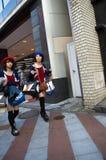Shopping spree: Vrouwen die Luxeboutiques met zakken buitenstormen Royalty-vrije Stock Foto