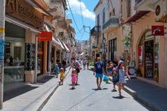 ShoppingArkadiou upptagen gata på Juli 23,2014 i den Rethymnon staden på ön av Kreta, Grekland Fotografering för Bildbyråer