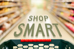 Shoppingbegreppet shoppar smart i supermarket Arkivbild