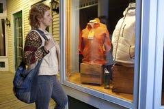 shoppingfönsterkvinna arkivfoton