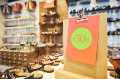 Shoppingförsäljning säsongsbetonad 30 procent rabatt på skodon royaltyfri foto