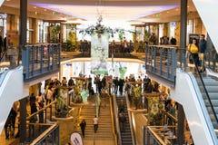 Shoppingfeber på den söndag eftermiddagen i ett populärt galleri i Tyskland arkivbilder