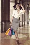 Shoppingflickan i mode poserar utvändig tappningfärg arkivbilder