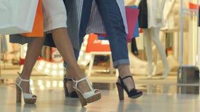 Shoppingflickor som marscherar i gallerian Fotografering för Bildbyråer